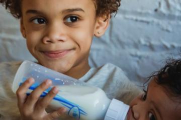 5 reguli pentru hrănirea cu biberonul unui nou-născut. Un ghid pentru mamele care alăptează artificial